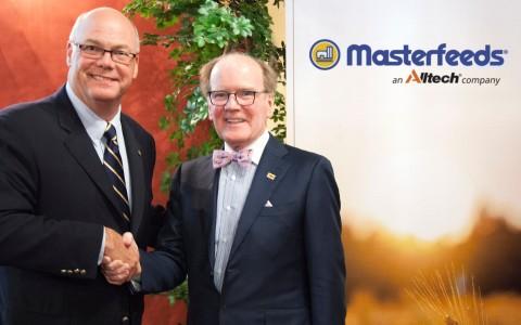 Rob Flack, director ejecutivo de Masterfeeds, y el Dr. Pearse Lyons, presidente y fundador de Alltech.